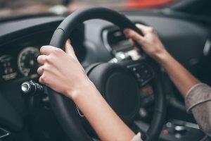 Donne e uomini al volante, schiena dolorante: consigli per migliorare la postura alla guida